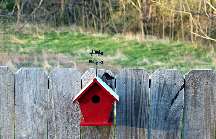 Birds love barns so make a Farmhouse Style Red Barn Birdhouse for your yard or garden! #KnickofTime #farmhousestyle #barn #birdyourworld #birds | www.knickoftime.net