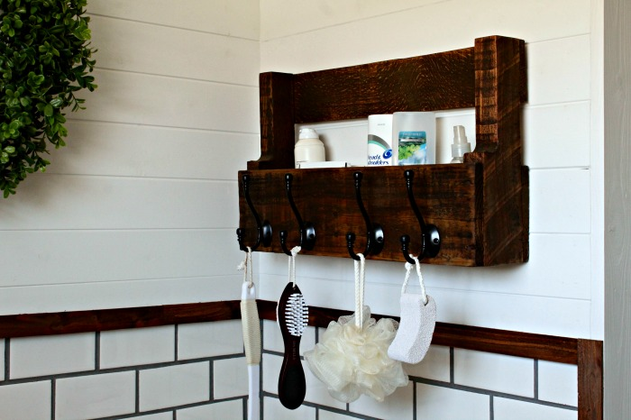 DIY Pallet Wood Bathroom Storage Towel Hooks | knickoftime.net #bathroom #storage #pallet #DIY #towels #farmhouse #neutral #rustic #farmhousebathroom #palletprojects