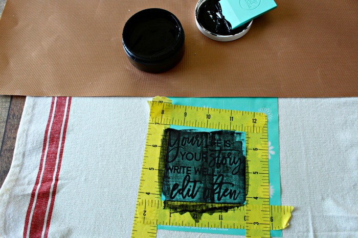 How to use Black Chalk Couture Ink on a kitchen towel with an inspirational quote transfer! Learn how at Knick of Time | knickoftime.net
