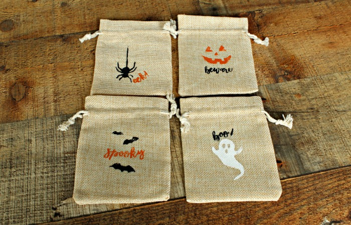 Halloween Treat Bags | 15 Days of Chalking Series, Part 1 | Make some adorable Halloween treat bags in minutes with the Chalk Couture Halloween Fun Transfer set. Kids will love getting one with goodies tucked inside! #Halloween #DIY #craft #kids #trickortreat #Halloweendecor #burlap #KnickofTimeChalkDesigns | knickoftime.net