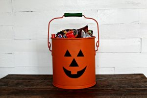 Make an adorable Jack O' Lantern Halloween Treat Bucket from an Old Bucket! |knickoftime.net