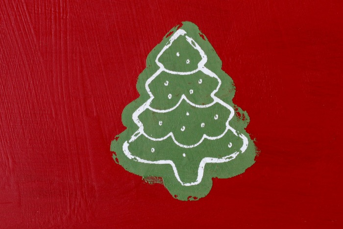 Make a Christmas cookies memo board by upcycling a thrift store baking pan. It's so easy using chalk paint and Chalk Couture's Mrs. Claus' Candy Shop transfer! Learn how at Knick of Time | knickoftime.net