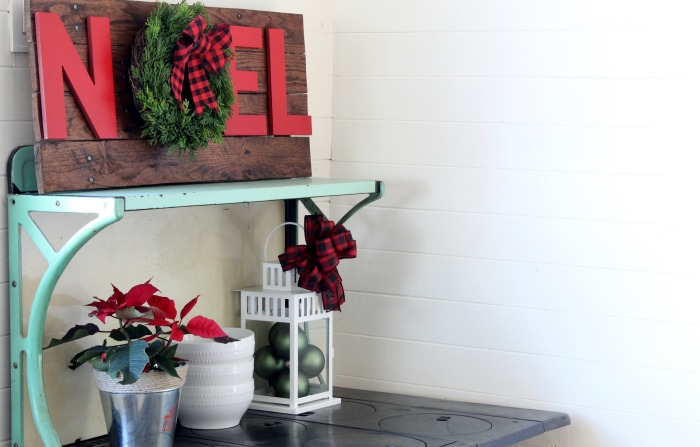 Make this easy Rustic Pallet Wood Christmas Noel Sign! The DIY is at Knick of Time | knickoftime.