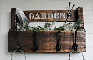 Wood Pallet Garden Rack with Bonus Storage y Knick of Time / knickoftime.net